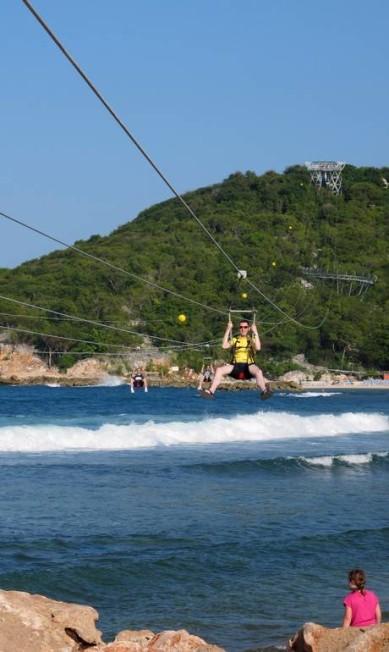 Quem gosta de aventura pode aproveitar a tirolesa sobre o mar da Adrenaline Beach Talita Duvanel / Talita Duvanel / Agência O Globo