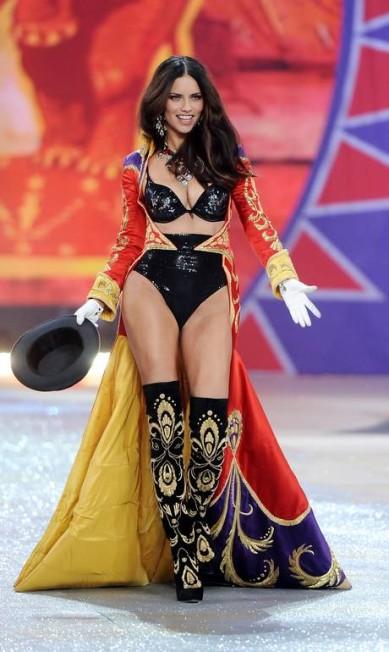 """No ranking das 25 modelos mais sexy do portal """"Models.com"""", nove são brasileiras. A top baiana Adriana Lima, inclusive, encabeça a disputada lista. Aos 31 anos, Adriana não esconde que luta para manter a boa forma. Ano passado, por exemplo, ela chegou a enfrentar 42 horas de exercícios semanais para não fazer feio na passarela da Victoria's Secret Evan Agostini / Evan Agostini /Invision/AP"""