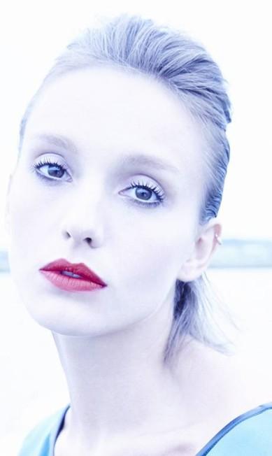 """""""Meu objetivo era criar uma pele reluzente, limpa, quase contida. A boca vermelha entrou como desejo de criar contraste. Molhei a lateral da cabeça para 'colar' o cabelo naquela área"""", disse o maquiador. Base Dior skin Nude Fluide, Dior, na Sephora R$ 212. IluminadorStrobe Cream, M.A.C R$ 152. Batom Ruby Woo, M.A.C R$ 79 Terceiro / Daniel Mattar"""