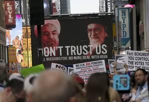 Rouhani e Khamenei são ironizados em imagem em protesto Foto: MIKE SEGAR / REUTERS
