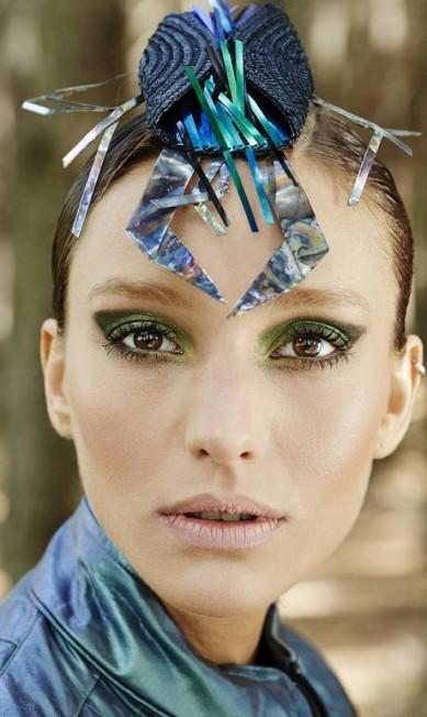 """""""Neste ensaio, pensei em fazer um olho verde e forte, remetendo às cores de um besouro. Usei dois sombras verdes e um pouco de glitter para chegar ao resultado. Curvex e rímel, aplicado em generosas camadas. Para alcançar mais equilíbrio, optei por uma boca mais apagada - o que na grande maioria das vezes dá um resultado chique. O cabelo foi repartido de lado, repleto de gel"""", disse o maquiador Josef Chasilew. Sombras Sage Wisdom e Smutty Green, M.A.C R$ 99. Blush Peony PetaL, M.A.C R$ 115,00. Batom Myth, M.A.C R$ 79 Terceiro / Daniel Mattar"""