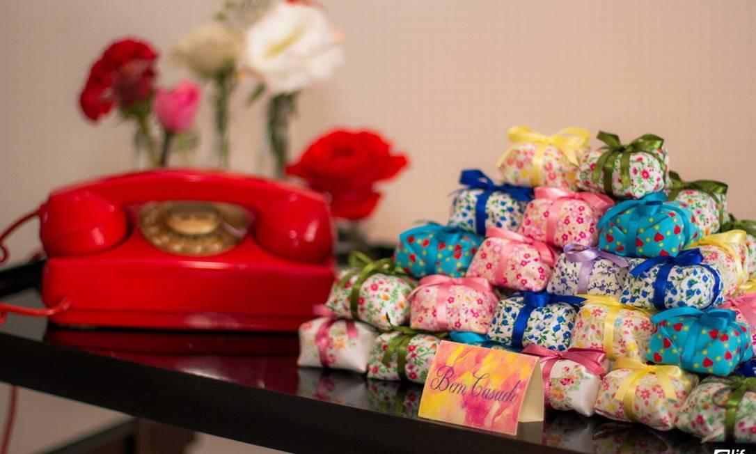 Clima retrô: os tradicionais bem-casados foram servidos ao lado de telefone antigo Terceiro / Divulgação Viviane Grätz