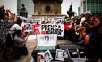 'Imprensa, não disparem': Repórteres, fotógrafos e cinegrafistas protestam na Cidade do México. Um jornalista foi morto por mês, na média de janeiro a junho de 2015