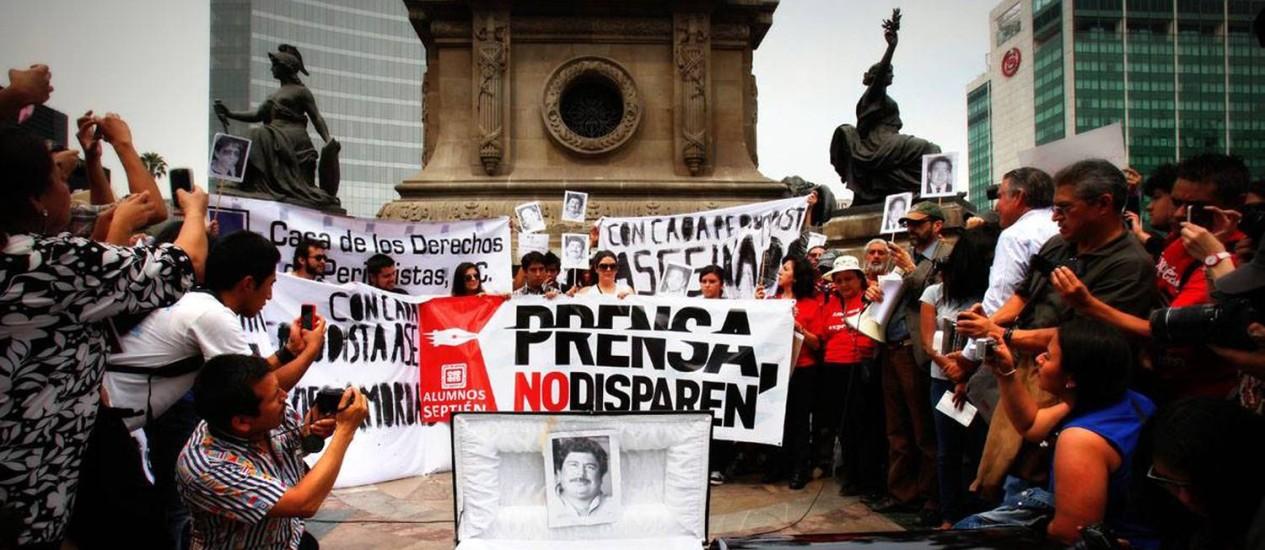 'Imprensa, não disparem': Repórteres, fotógrafos e cinegrafistas protestam na Cidade do México. Um jornalista foi morto por mês, na média de janeiro a junho de 2015 Foto: El Universal / GDA / El Universal/GDA