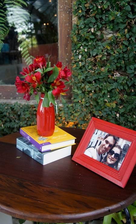 Decoração de Lanna Corrêa: porta-retrato do casal e livros Foto: Terceiro / Divulgação Lanna Corrêa