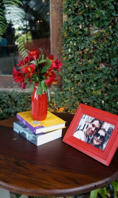 Decoração de Lanna Corrêa: porta-retrato do casal e livros Terceiro / Divulgação Lanna Corrêa