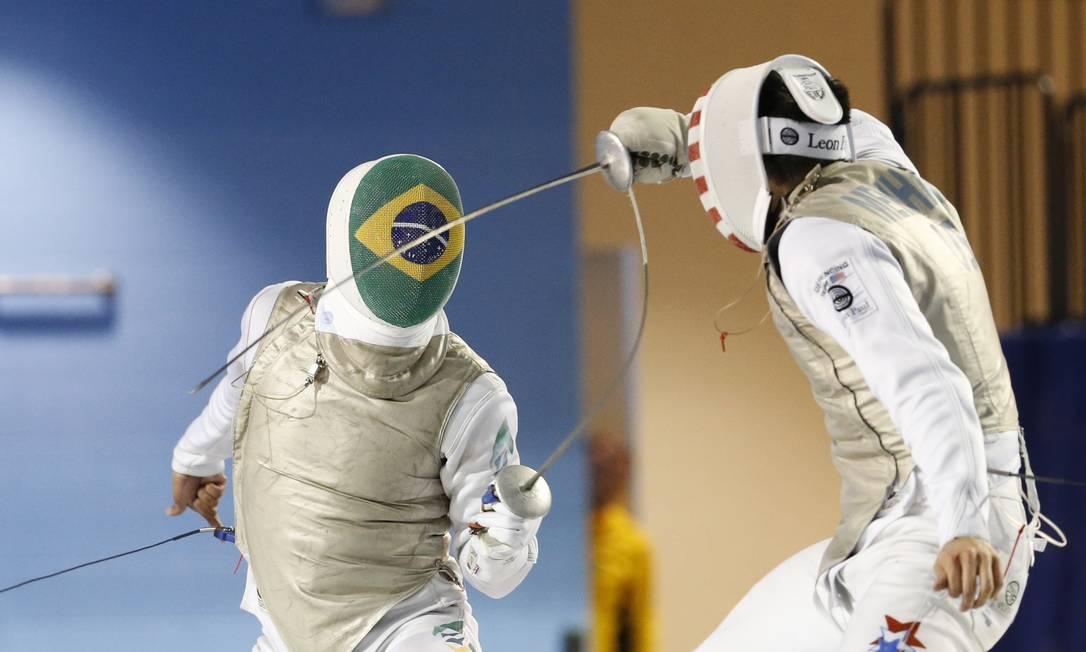 O brasileiro Ghislain Perrier disputa a semifinal da esgrima com Gerek Meinhardt, dos EUA Julio Cortez / AP