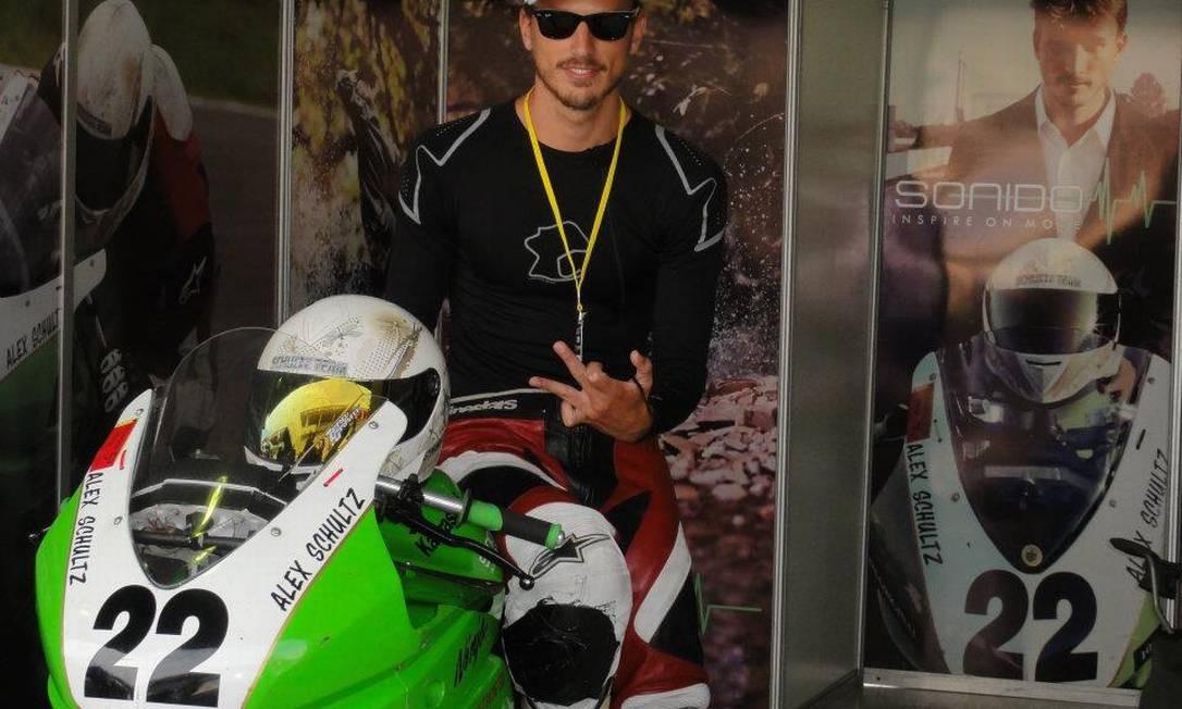 Além de piloto e modelo, Alex também é instrutor de pilotagem da escola MotoSchool, em São Paulo Foto: Reprodução