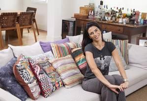 Vanessa Borges, assistente do arquiteto André Piva, em seu apartamento em Ipanema Foto: Daniela Dacorso / Agência O Globo