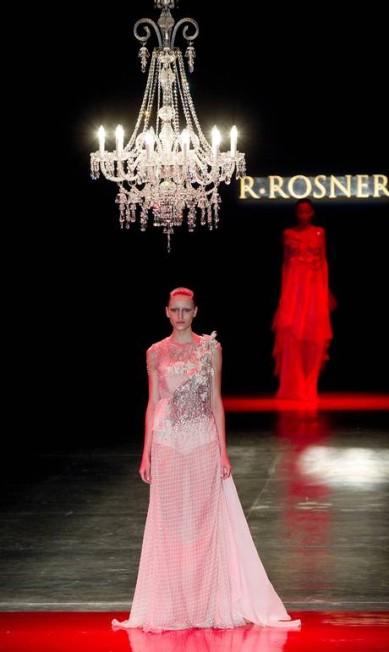 O estlista contou que cada vestido representa uma fábula... Andre Penner / AP