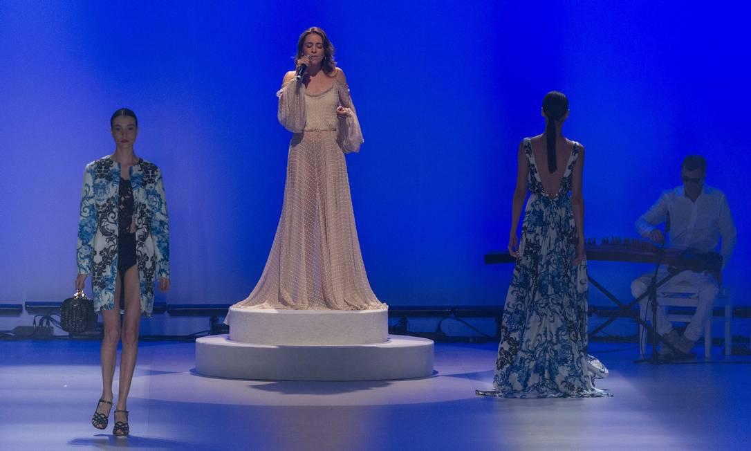 Roberta Sá canta em meio às modelos YASUYOSHI CHIBA / AFP