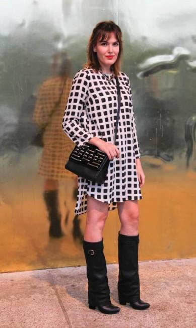 A editora de estilo Bia Perotti, de 27 anos, veste bota Schutz, vestido da Topshop de Londres, colar J. Crew e bolsa Saad Marcos Alves / Agência O Globo