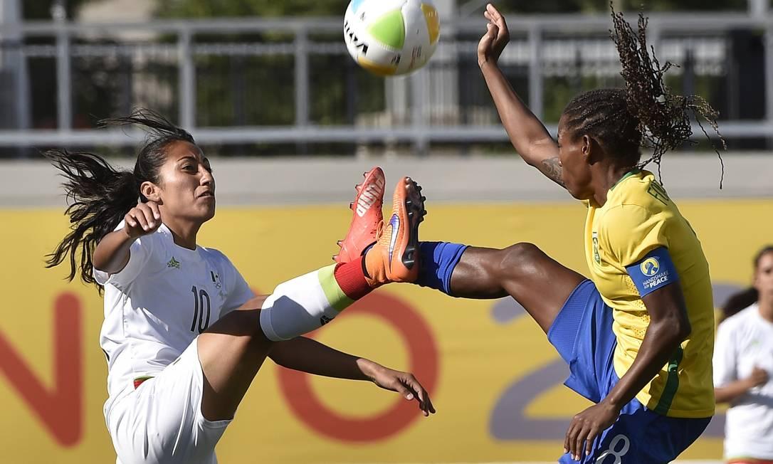A brasileira Miraildes Maiel disputa a bola com a mexicana Stephany Mayor na semifinal do futebol feminino. O Brasil venceu por 4 a 2 OMAR TORRES / AFP