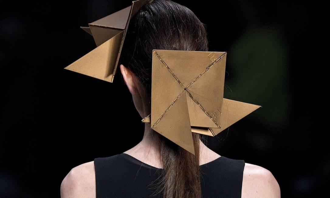 Os adereços na cabeça das modelos também faziam alusão às famosas esculturas em alumínio da artista Andre Penner / AP