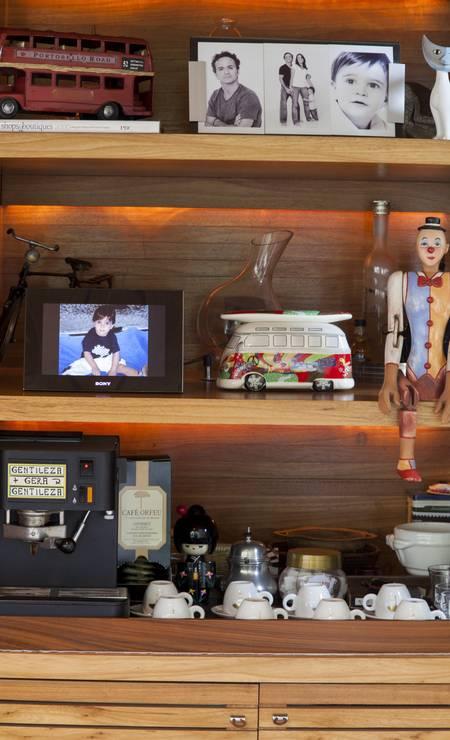 Mimos trazidos de viagens compõem a estante de Mariana Foto: Daniela Dacorso / Agência O Globo