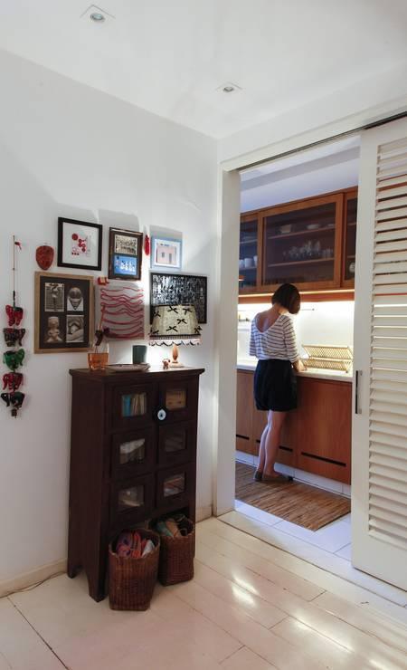 O hall de entrada da casa de Adriana tem quadrinhos feitos de cartões e jogos americanos Foto: Daniela Dacorso / Agência O Globo