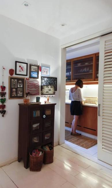 O hall de entrada da casa de Adriana tem quadrinhos feitos de cartões e jogos americanos Daniela Dacorso / Agência O Globo
