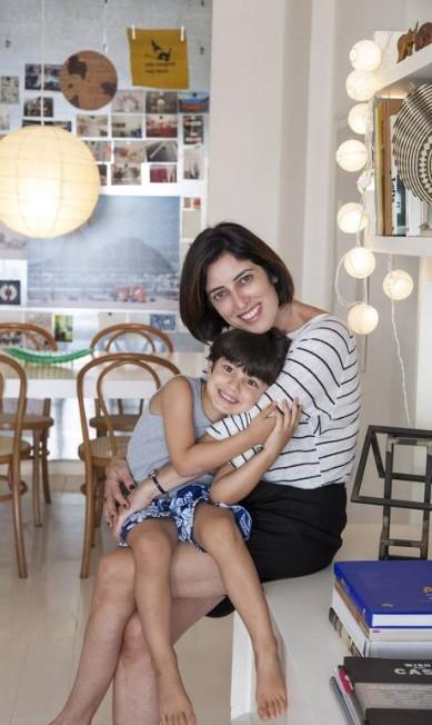 Adriana Moura, assistente de Miguel Pinto Guimarães, posa ao lado do filho Tom, em seu apartamento no Leblon Daniela Dacorso / Agência O Globo