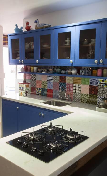 Patchwork de azulejos na cozinha de Ana Teresa Foto: Daniela Dacorso / Agência O Globo