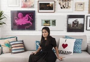 Ana Teresa Bello, assistente da arquiteta Paola Ribeiro,mostrou as obras de arte da sala de sua casa, na Gávea Foto: Daniela Dacorso / Agência O Globo