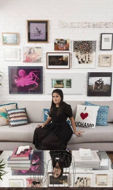 Ana Teresa Bello, assistente da arquiteta Paola Ribeiro,mostrou as obras de arte da sala de sua casa, na Gávea Daniela Dacorso / Agência O Globo