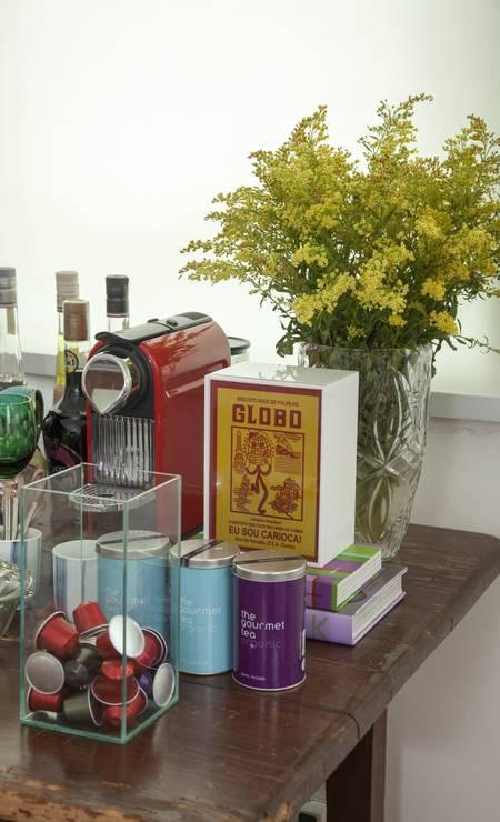 """Itens irreverentes, como a luminária de biscoito Globo, adornam o """"bar improvisado"""" de Vanessa Foto: Daniela Dacorso / Agência O Globo"""