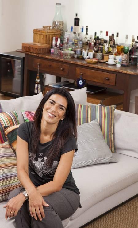 Vanessa Borges, assistente do arquiteto André Piva, abre sua cobertura em Ipanema. A designer está no ofício há mais de 15 anos Foto: Daniela Dacorso / Agência O Globo