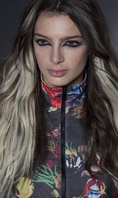Ainda falando de cabelos, as mechas marcantes da Amapô, numa referência clara a ícones do pop, também são de gosto duvidoso fora das passarelas... Andre Penner / AP