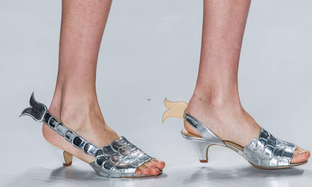 Os sapatos de peixe metalizados da grife Amapô têm até nadadeiras na altura do calcanhar. Em 2010, a grife Neon criou um modelo semelhante, vendido pela Mr. Cat. YASUYOSHI CHIBA / AFP