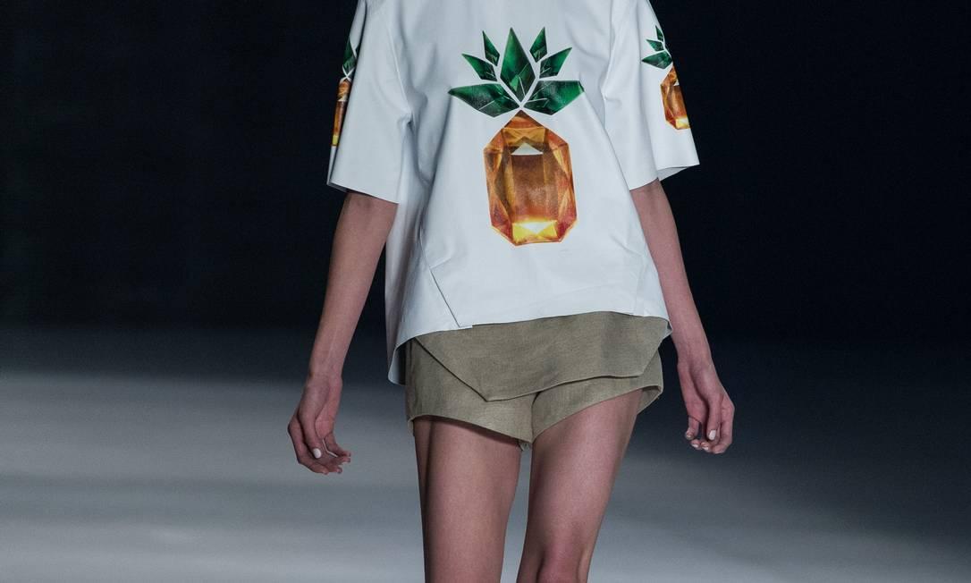 Metsavaht optou também por aplicar em camisetas, blusas, calças e bermudas estampas de coqueiros e abacaxis, desenhadas como joias YASUYOSHI CHIBA / AFP