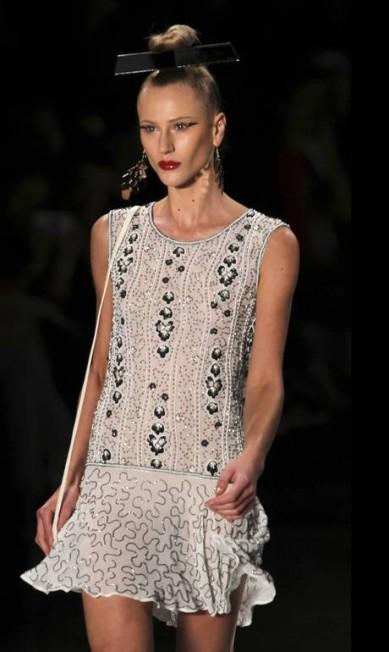 O uso de pedras e bordados rendeu looks elegantes PAULO WHITAKER / REUTERS
