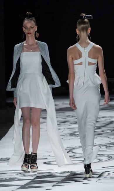 A estilista optou por tecidos fluídos ou estruturados, creponados, propondo um contraponto entre o leve e o pesado YASUYOSHI CHIBA / AFP