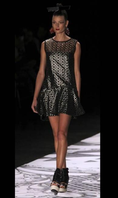 O metálico apareceu nos vestidos e nas saias PAULO WHITAKER / REUTERS