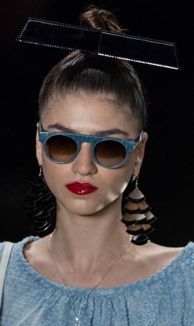 Os óculos escuros surgiram com lente redonda e armação colorida YASUYOSHI CHIBA / AFP