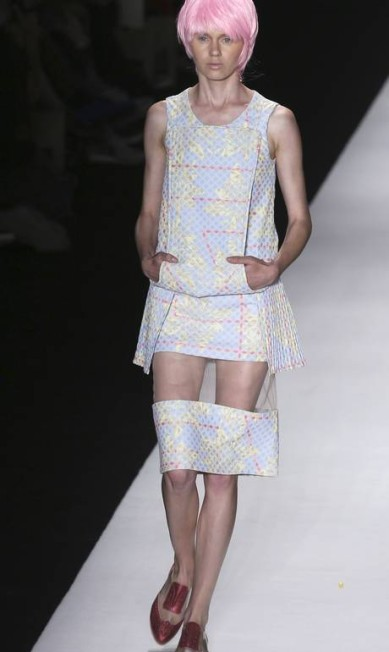 As aplicações de transparências transformando saias no joelho em minis foram criadas por Fernanda Yamamoto. Quem será que vai aderir? NACHO DOCE / REUTERS