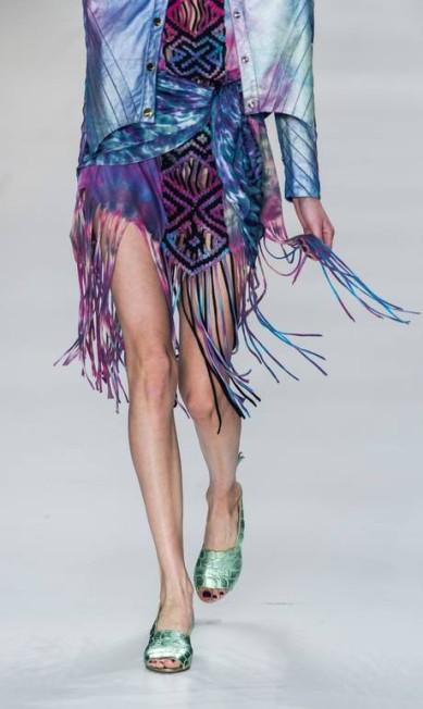 Na moda feminina, as franjas também apareceram, em versão multicolorida YASUYOSHI CHIBA / AFP