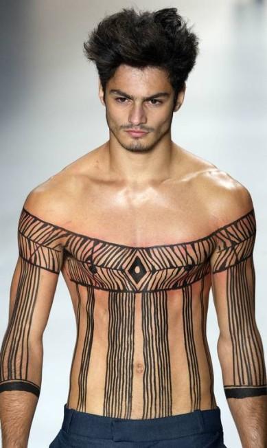 Um modelo com peito nu e pintado chamou atenção no desfile de João Pimenta Andre Penner / AP