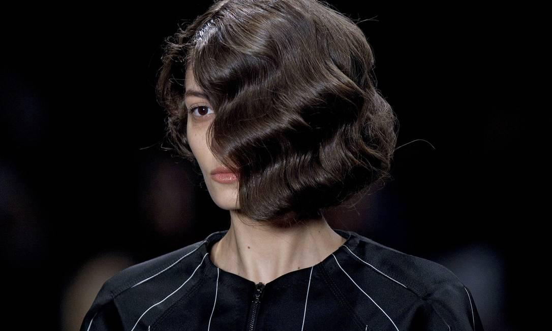 Outro destaque da beleza foi a maxifranja que encobria um dos olhos das modelos, tal como uma máscara Andre Penner / AP