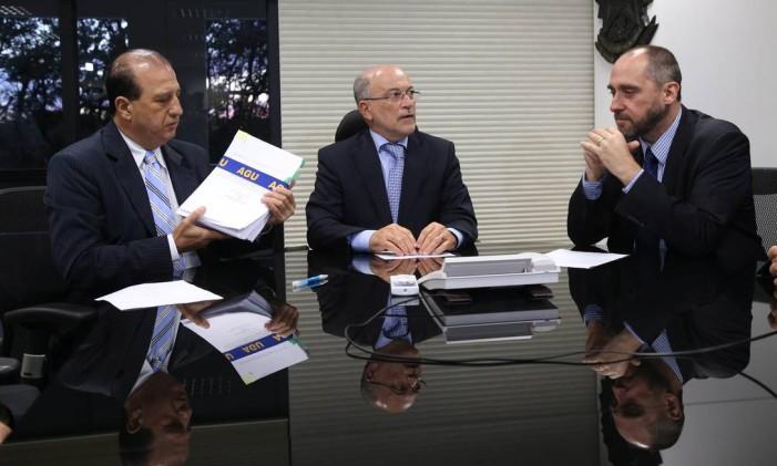 Luís Inácio Adams (de barba), advogado geral da União, entrega a defesa do governo ao presidente do TCU, Aroldo Cedraz (de óculos), e ao relator, Augusto Nardes Foto: Ailton de Freitas / Agência O Globo