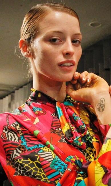 """No pulso, Flavia Lucini tatuou as iniciais dos nomes de seus pais, Anir e Jair, e no antebraço escreveu a palavra """"amor"""" Marcos Alves / Agência O Globo"""