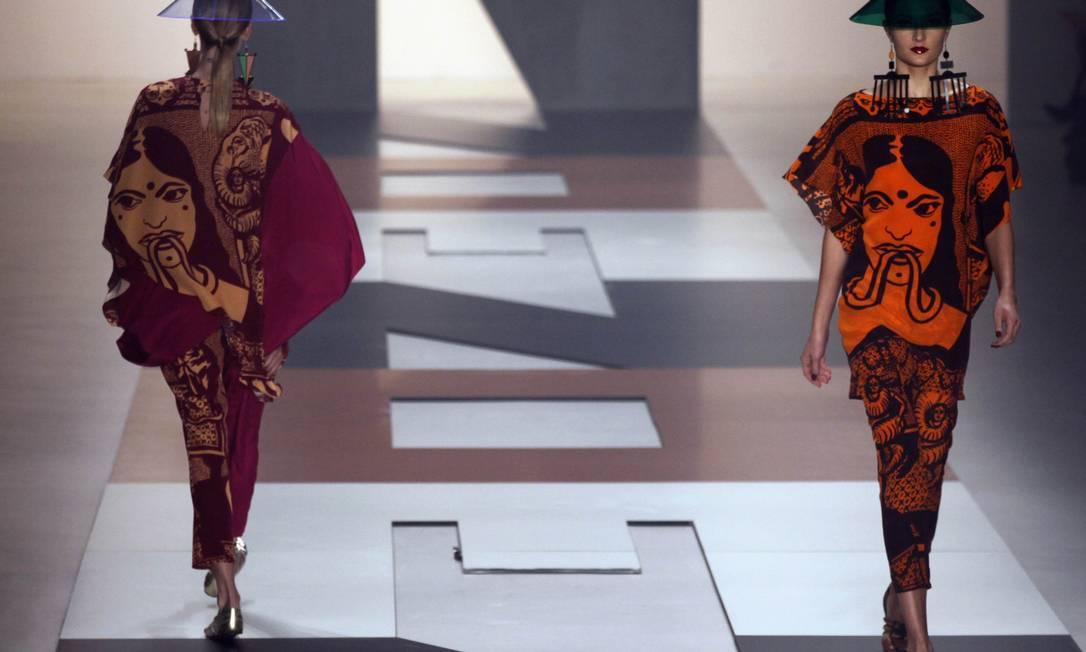 Destaque para os chapéus inspirados nos usados pelos trabalhadores da China, feitos de acrílico transparente e colorido PAULO WHITAKER / REUTERS