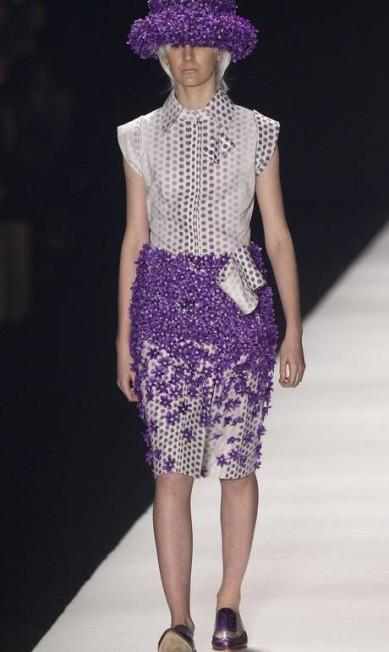 Flores de pvc foram bordadas em saias e vestidos Andre Penner / AP