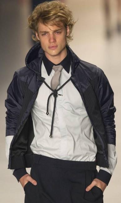A jaqueta combinada com camisa e gravata mostra que o sportwear pode conviver com um estilo mais social Andre Penner / AP