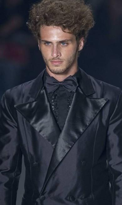 A gravata borboleta e o blazer de cetim surgiram como apostas do estilista Andre Penner / AP