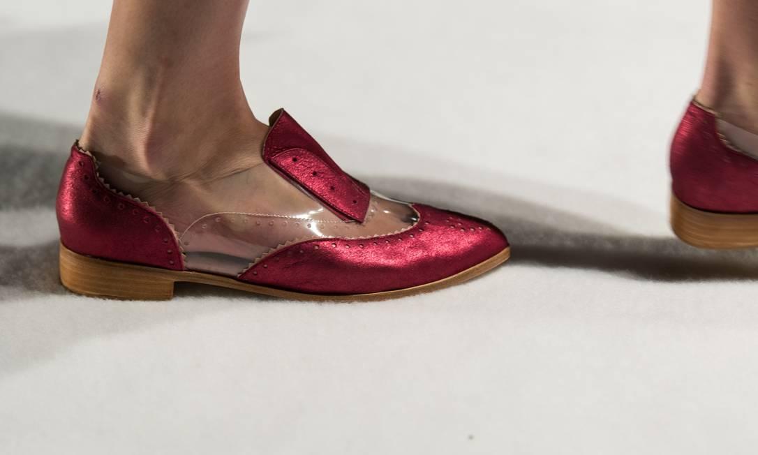 Detalhe do sapato tipo oxford, de couro, plástico e sem cadarço, apresentado no desfile YASUYOSHI CHIBA / AFP