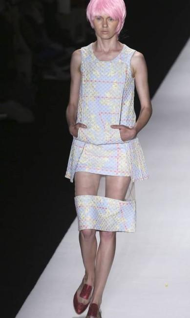 A estilista Fernanda Yamomoto se inspirou na cozinha dos anos 1950 e, a partir da desconstrução de um avental, criou uma coleção cheia de efeitos tridimensionais NACHO DOCE / REUTERS
