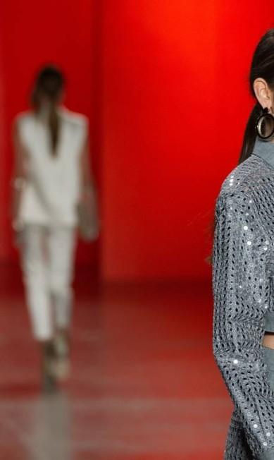 A jaqueta curtinha, deixando parte da barriga à mostra também teve o seu lugar, afinal é verão! YASUYOSHI CHIBA / AFP