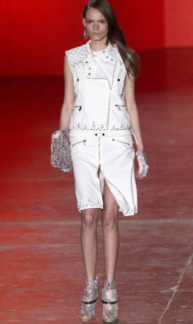 O jeans branco desgastado ganhou ares sofisticados com as aplicações de cristais Swarovski Andre Penner / AP