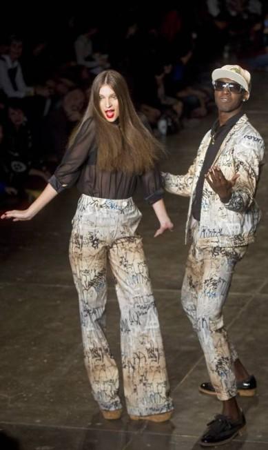 Para os homens, a grife apresentou camisas com misturas de estampas e blocos de cor, bermudas e camisetas Andre Penner / AP