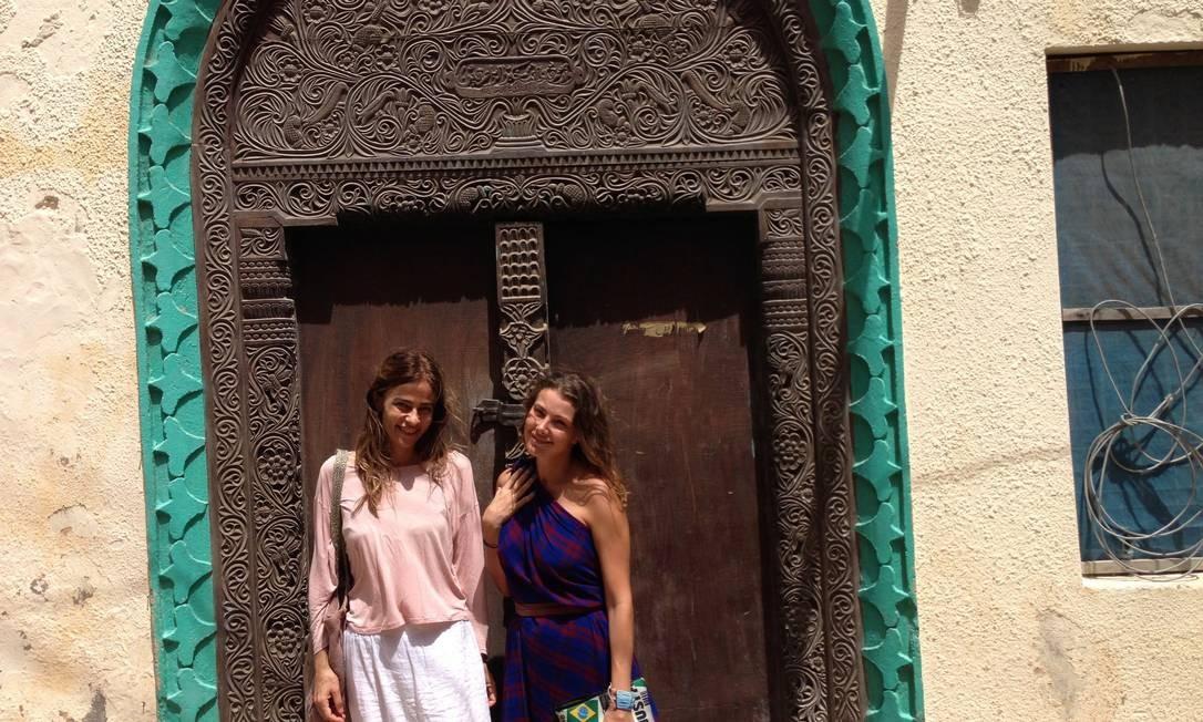 Cleyenne Lazzarotte, de azul, ao lado da amiga italiana Novella Pelegrino, em Lamu, na costa leste do Quênia Terceiro / Divulgação